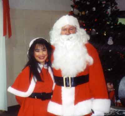 Santa (David Hathcock of Green Bay Packers) and Santa's Helper Ramona LeBaron (Actress)his helpers and take them to the Tennessee Baptist Children's Home. A full lunch was donated by Noshville Deli, and entertainment was performed by Miss Nashville Tennessee, Darcy Donavan and Giants artist, Jim Collins. The NFL Alumni Football players passed out gifts to all the kids that were donated.